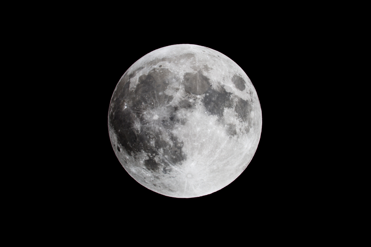 DSLR Picture of the full moon in the sky